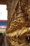金黄garuda雕塑 免版税库存照片