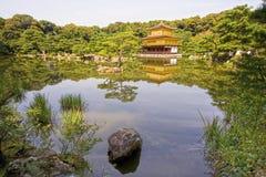金黄Pavillion (kinkaku籍)的寺庙,京都,日本 免版税库存图片