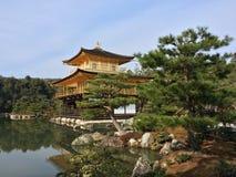 金黄pavillion (Kinkakuji)的寺庙在京都,日本 库存图片