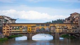 金(Ponte Vecchio)桥梁看法在佛罗伦萨 股票录像