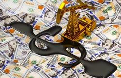 金黄Pumpjack和溢出的油在金钱 免版税库存照片