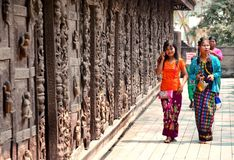 金黄Shwenandaw Kyaung寺庙的女孩在曼德勒 免版税库存照片