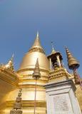 金黄stupa和国王的冠雕象 免版税库存照片