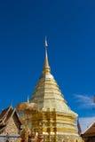 金黄stupa的看法在Wat土井素贴,清迈,泰国的 免版税图库摄影