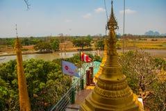 金黄stupa 地方的美好的风景顶视图在城市毛淡棉, Hha-an附近的 缅甸 缅甸 免版税库存照片