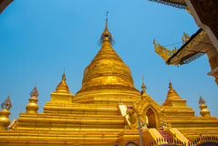 金黄stupa Kuthodaw塔在曼德勒,缅甸 缅甸 图库摄影
