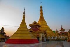 金黄stupa Kyaik Tan Lan 老Moulmein塔 毛淡棉,缅甸 缅甸 库存照片