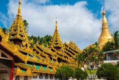 金黄stupa Shwedagon Paya塔 缅甸仰光 免版税库存照片