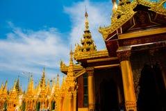 金黄stupa Shwedagon Paya塔 缅甸仰光 免版税图库摄影