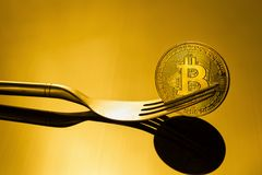金bitcoin在金黄光的物理Bitcoin-Cryptocurrency Bu 库存照片