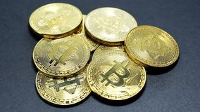 金bitcoins几枚硬币在黑暗的背景的 免版税图库摄影
