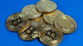 金bitcoins几枚硬币在黑暗的背景的 免版税库存照片
