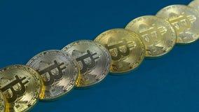 金bitcoins几枚硬币在黑暗的背景的 库存照片