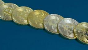 金bitcoins几枚硬币在黑暗的背景的 库存图片
