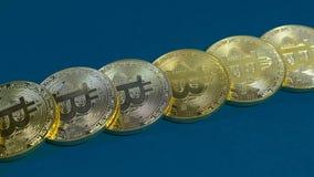 金bitcoins几枚硬币在黑暗的背景的 免版税库存图片