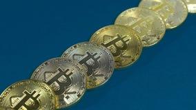 金bitcoins几枚硬币在黑暗的背景的 图库摄影