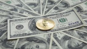 金golder bitcoin在美元中部转动美元和在转动以后落与一白天 概念  影视素材