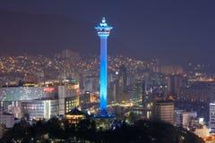 釜山市天窗和釜山在晚上耸立 库存照片