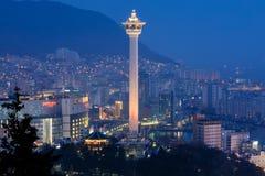 釜山市天窗和釜山在晚上耸立 图库摄影