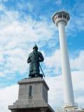 釜山李舜臣塔和雕象Yongdusan的停放 库存照片