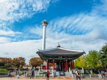 釜山李舜臣塔和雕象Yongdusan的停放 免版税库存照片