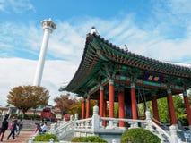 釜山李舜臣塔和雕象Yongdusan的停放 免版税库存图片