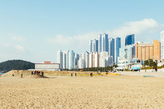 釜山,韩国- 2015年1月6日:Haeundae海滩和现代大厦 库存图片