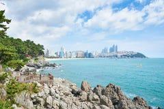 釜山,韩国- 2015年9月19日:Haeundae海滩和Dongbaekseom 免版税库存照片