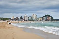 釜山,韩国- 2015年9月19日:Songjeong海滩 免版税库存照片