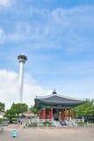 釜山,韩国- 2015年9月20日:Yongdusan公园,釜山塔 库存图片