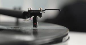 针和胳膊在转动的唱片转盘球员 股票录像