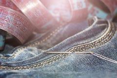 针和螺纹在牛仔裤,磁带 免版税图库摄影