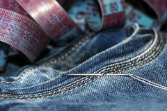 针和螺纹在牛仔裤,磁带 免版税库存照片