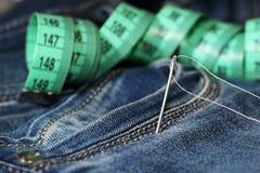 针和螺纹在牛仔裤,磁带 库存图片