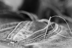针和螺纹在牛仔裤 免版税库存图片