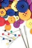 针线包和五颜六色的按钮 图库摄影