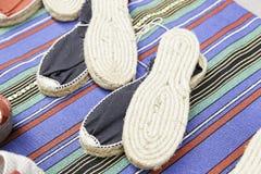 针茅草手工制造的帆布鞋 库存照片