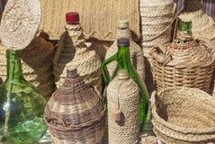 针茅草的覆盖物被回收的玻璃瓶 免版税图库摄影