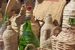 针茅草的覆盖物被回收的玻璃瓶 库存照片