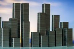 钉书针准备形成在日落背景的城市地平线 库存照片