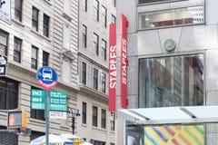 钉书针办公室大型商场在纽约 库存照片