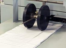 钉书针机器在印刷机办公室 免版税库存图片