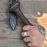 钉头锤,古老北欧海盗武器,在人` s手的残酷手上 库存照片
