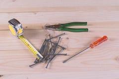 钉子、钳子、螺丝刀和卷尺 免版税图库摄影