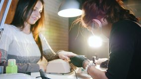 钉子为美容院的可爱的少妇修剪 影视素材