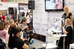 钉子关心和修指甲大师举办在demonstrat的训练 图库摄影