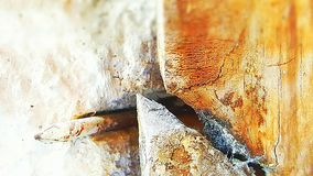钉子和残破的木头 免版税图库摄影