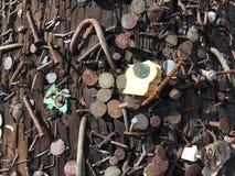 钉子和钉书针和任意位材料被邮寄入灯岗位 免版税库存照片