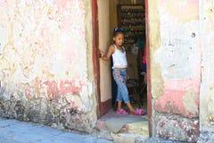 钉子沙龙的小古巴女孩在哈瓦那古巴 免版税库存图片