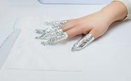 从钉子的油漆 箔手指 免版税库存照片